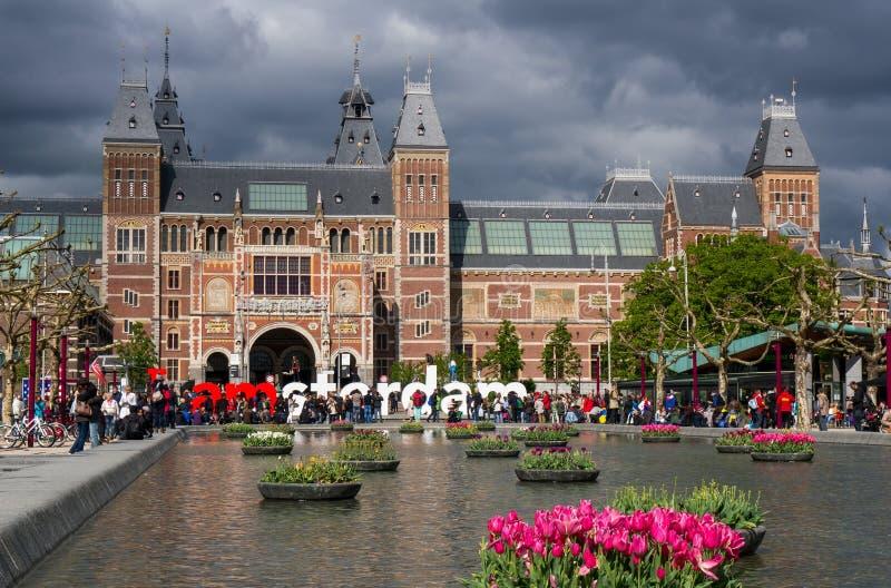 Un bon nombre de turist 'j'aux grandes lettres d'Amsterdam' photos libres de droits