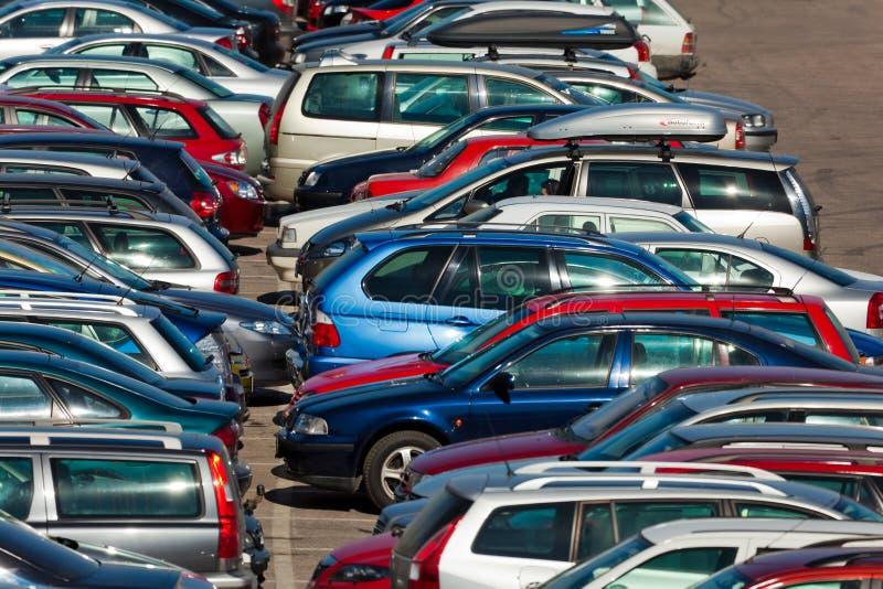 Un bon nombre de véhicules stationnant dans la ville photos stock
