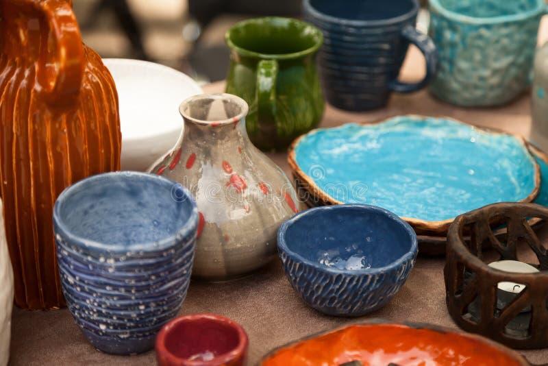 Un bon nombre de vaisselle faite main - les tasses en céramique, plats à la poterie font des emplettes image libre de droits