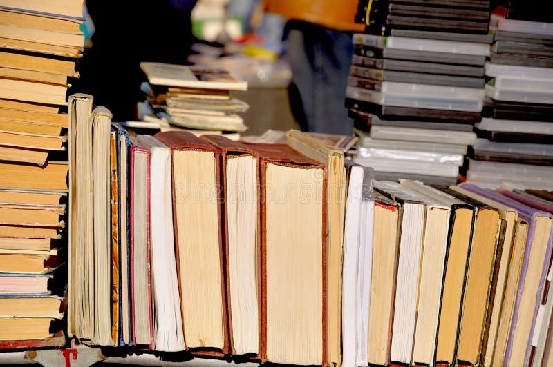 Un bon nombre de vieux livres photo stock