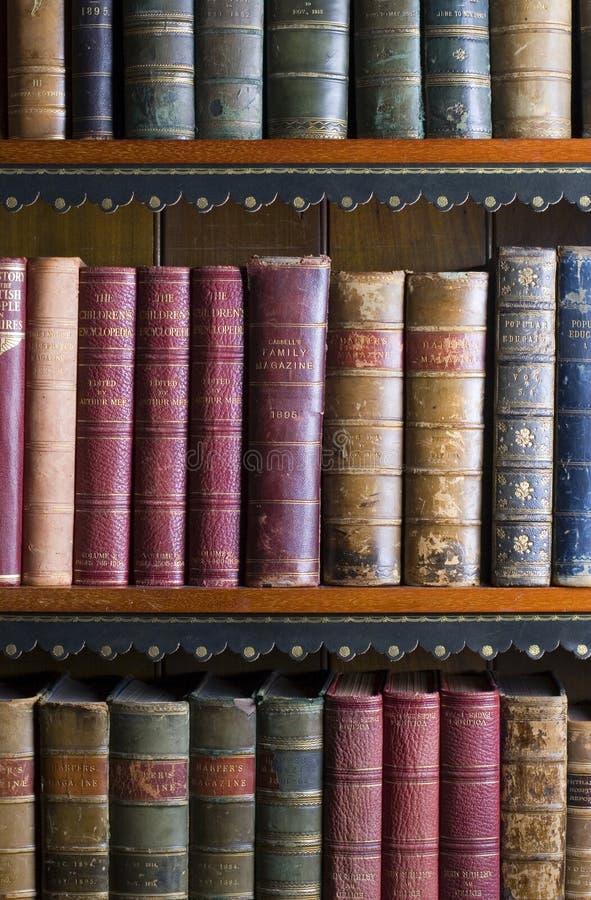Un bon nombre de vieux livres dans une bibliothèque image stock