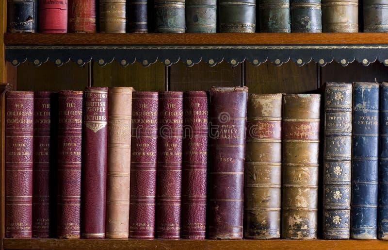 Un bon nombre de vieux livres dans une bibliothèque image libre de droits