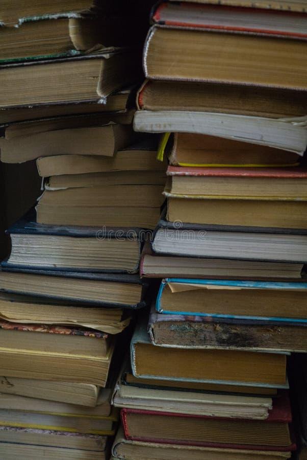 Un bon nombre de vieux livres empil?s par le mur image libre de droits