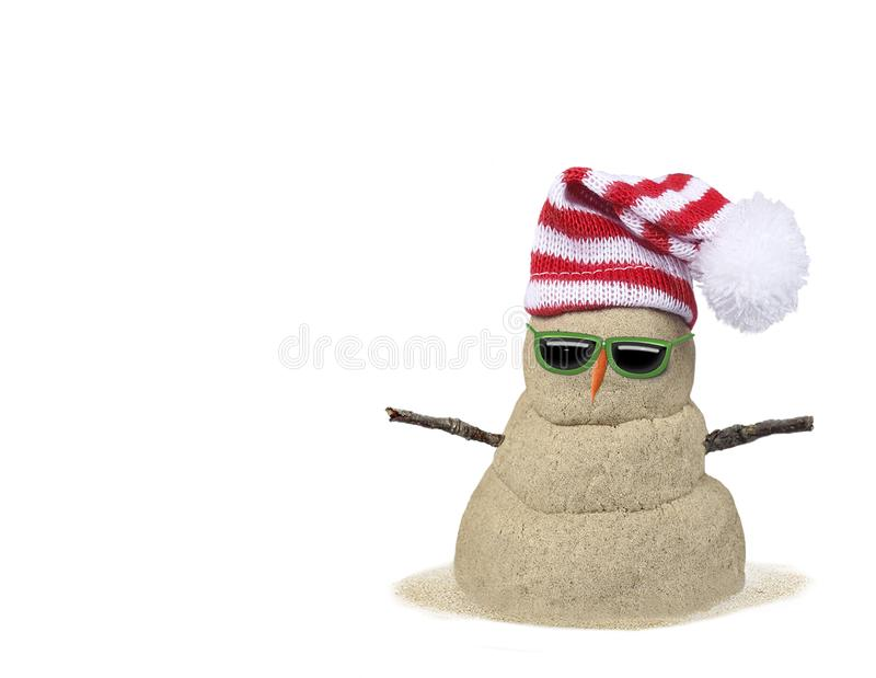 Un bonhomme de neige sablonneux isolé sur fond blanc photographie stock libre de droits