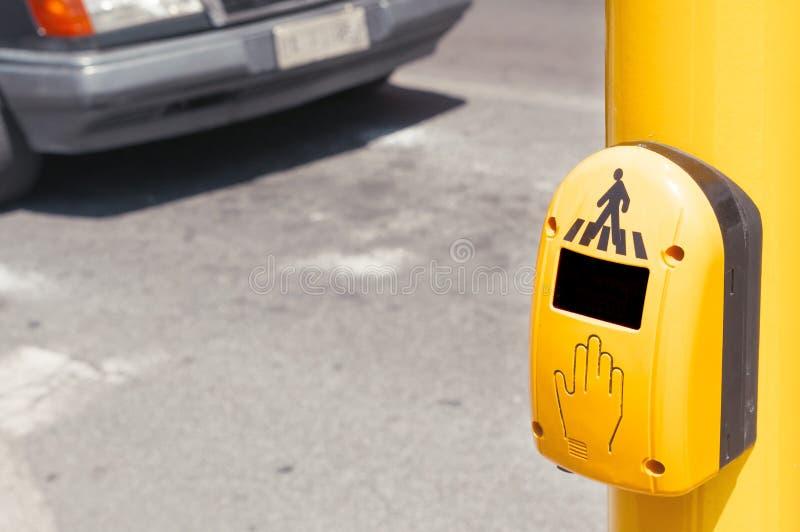 Un botón peatonal del paso de peatones con un coche en fondo fotos de archivo