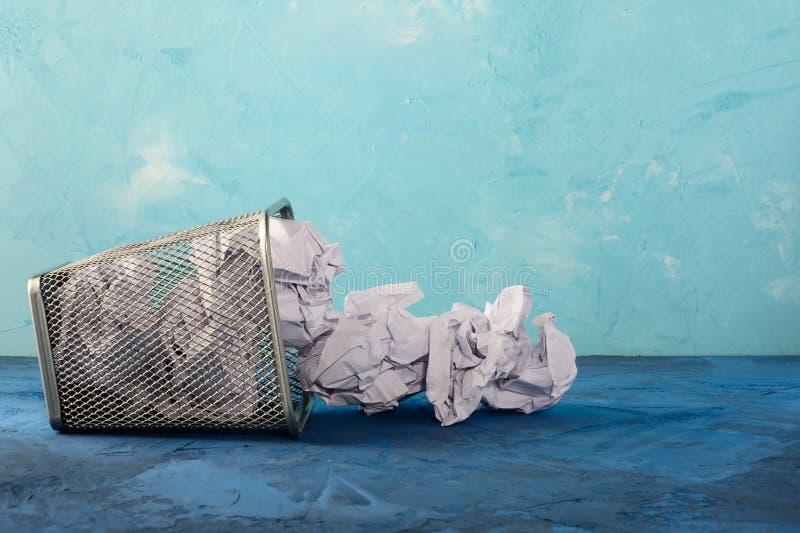 Un bote de basura caido para el papel Terrones de papel dispersados Fondo hermoso con el lugar para el texto Vacie el compartimie foto de archivo libre de regalías