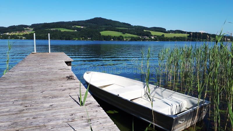 Un bote de remos en Obertrumersee, un lago en Austria fotos de archivo