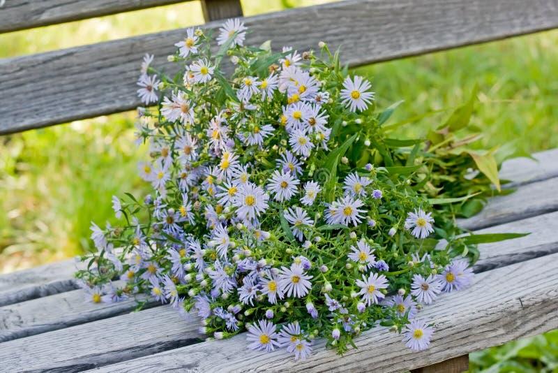 Un bouquet d'automne fleurit sur un banc en bois photos libres de droits