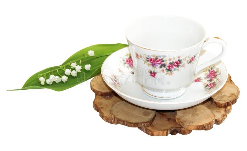 Un bouquet de brin frais du muguet près d'une paire f de thé photos stock