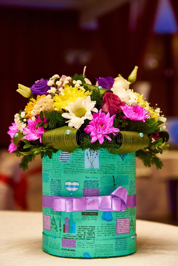 Un bouquet de diverses couleurs dans une belle boîte images libres de droits