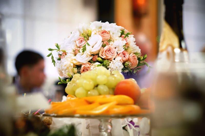 Un bouquet des fleurs avec des fruits photos stock