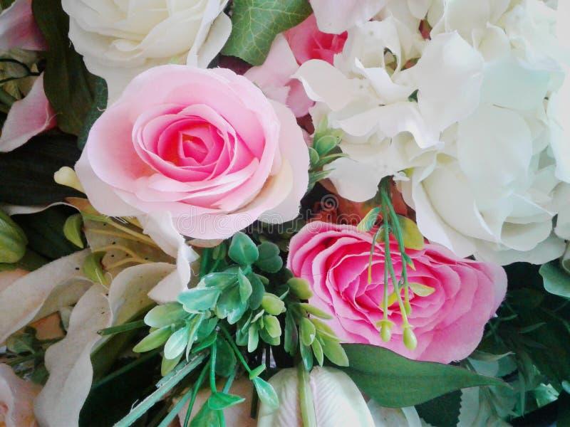 Un bouquet des fleurs dans une réception de mariage est pris images stock