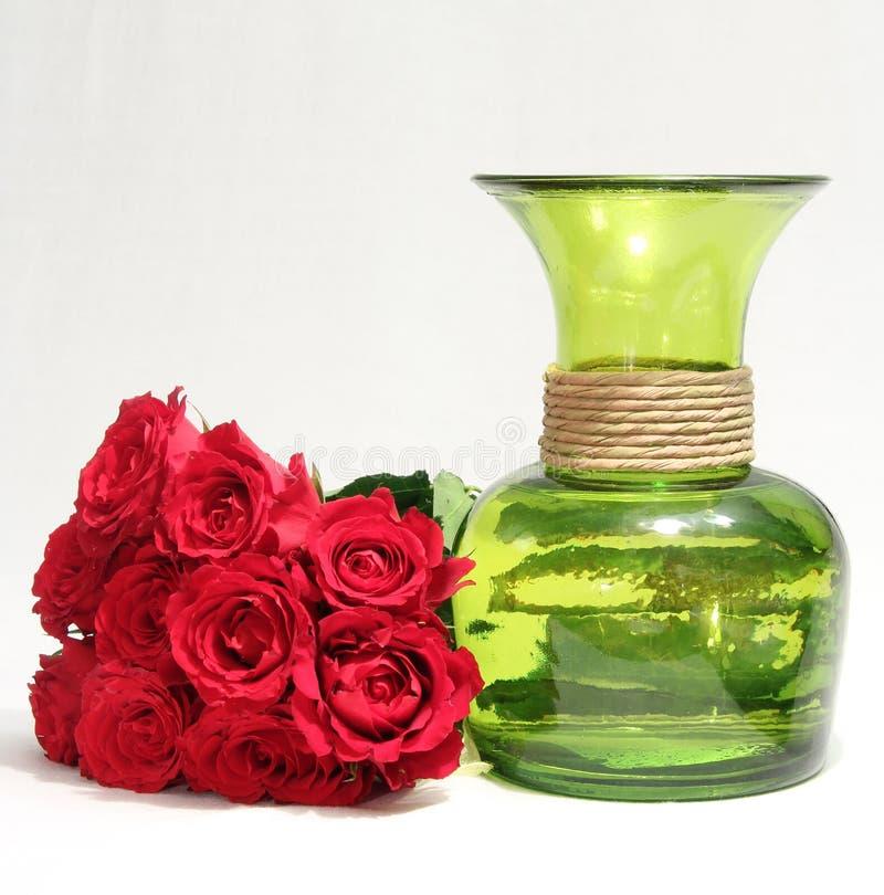 Un bouquet des roses et du vase vert images stock