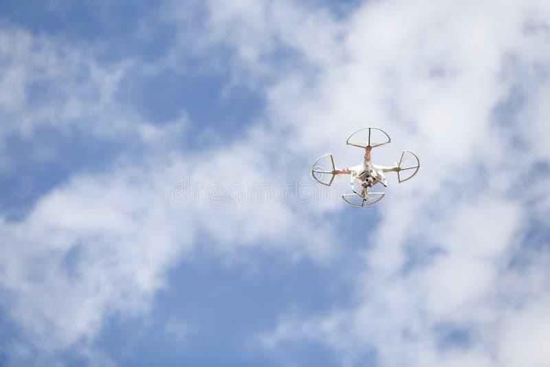 Un bourdon commercial blanc plane au-dessus de la terre photos libres de droits