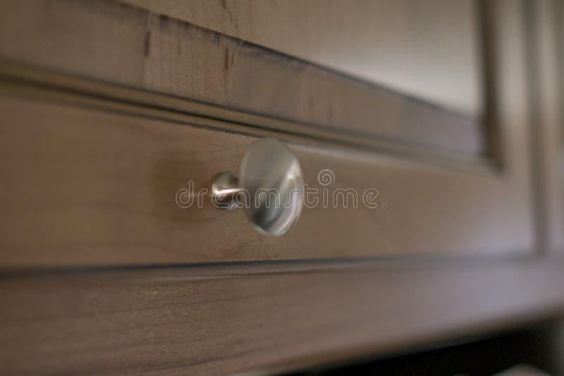Un bouton argenté minuscule attend pour être soulevé pour obtenir ce qui est de l'autre côté du coffret images stock
