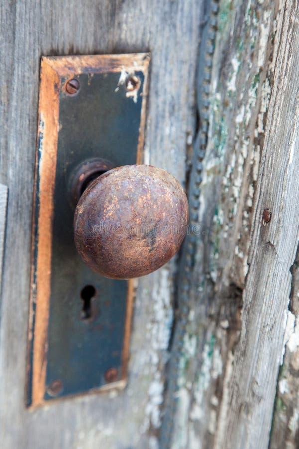 Un bouton de porte rouillé images libres de droits