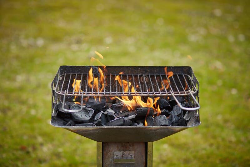 Un brasero con carbón de leña y la llama en ella fotos de archivo libres de regalías