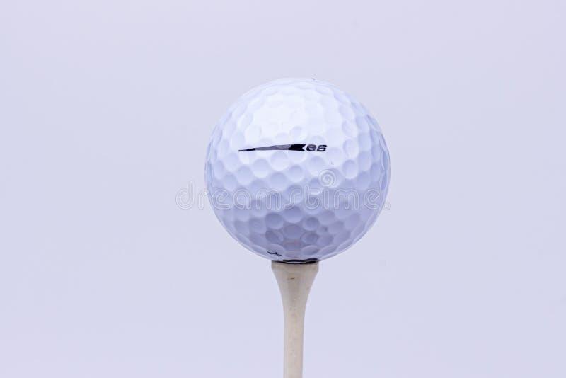Un brillante, retrato de la alto-llave de una pelota de golf suave de Bridgestone E6 foto de archivo