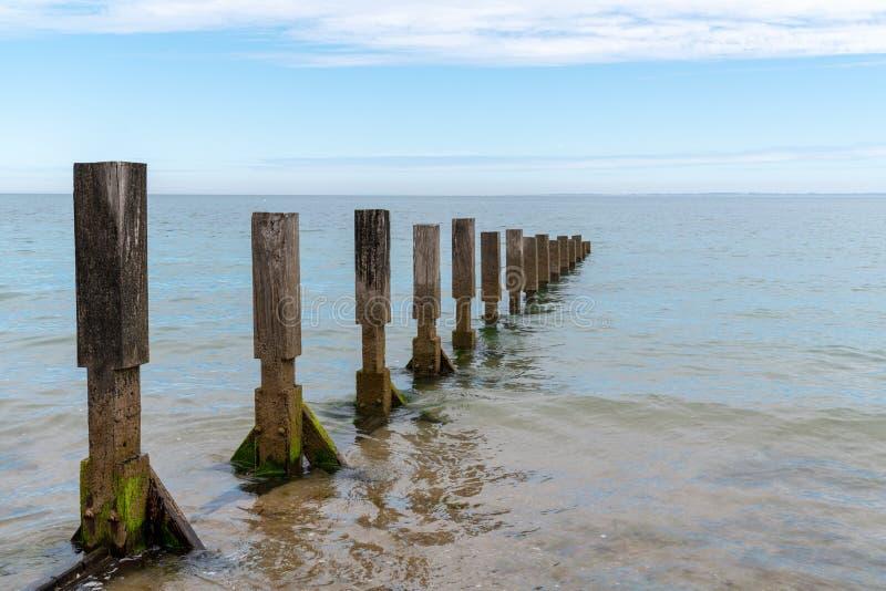 Un brise-lames déferlant les vagues de l'océan Atlantique sur l'île de Noirmoutier France Vendée photographie stock libre de droits