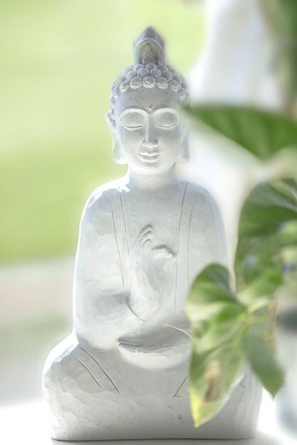 Un buddah bianco pacifico e soleggiato fotografie stock