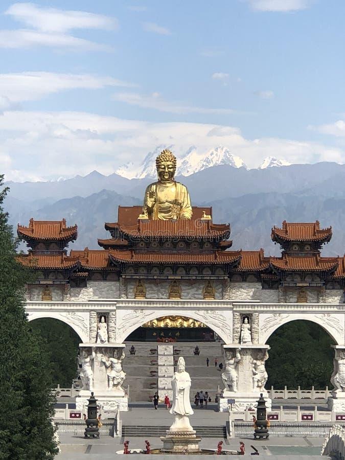 un Buddha dorato emerge dalla metà della costruzione e gli sguardi la gradiscono sta galleggiando nell'aria immagini stock libere da diritti