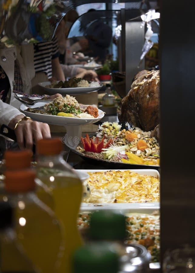 Un buffet arabe avec la nourriture orientale dans Ramadan image stock