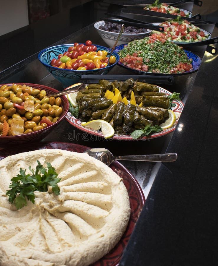 Un buffet arabo con alimento orientale immagini stock