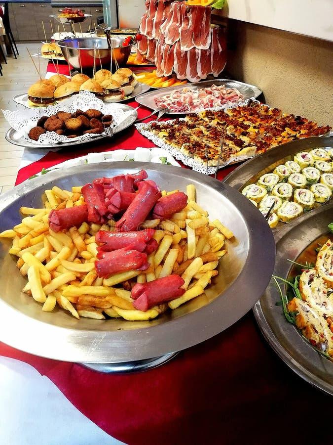 Un buffet di compleanno immagini stock