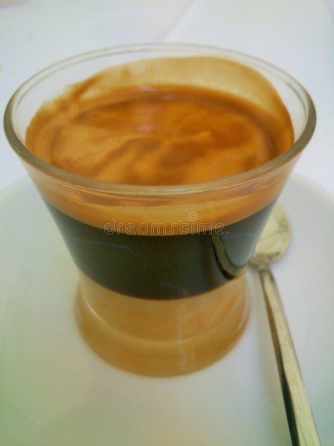 Un buon e caffè nero intenso immagini stock