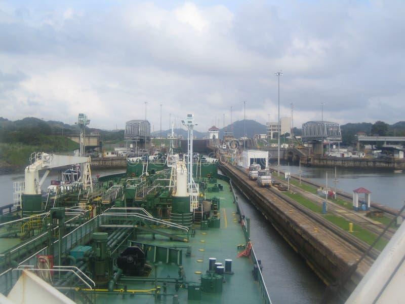 Un buque de petróleo entra en el Canal de Panamá foto de archivo