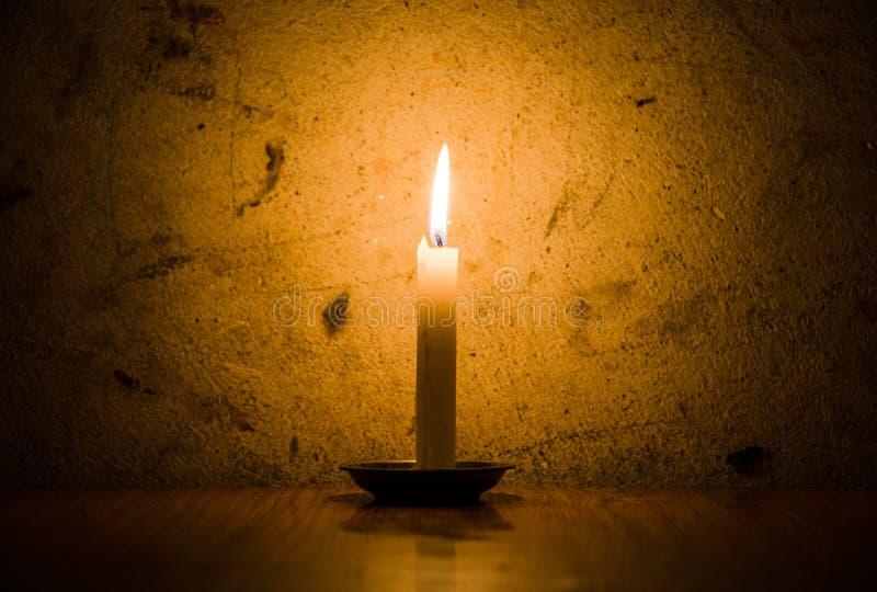 Burning de la vela, fondo sucio de la pared foto de archivo libre de regalías