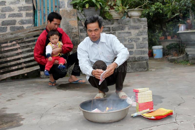 Un burning rural de famille de votif pour des ancêtres photographie stock