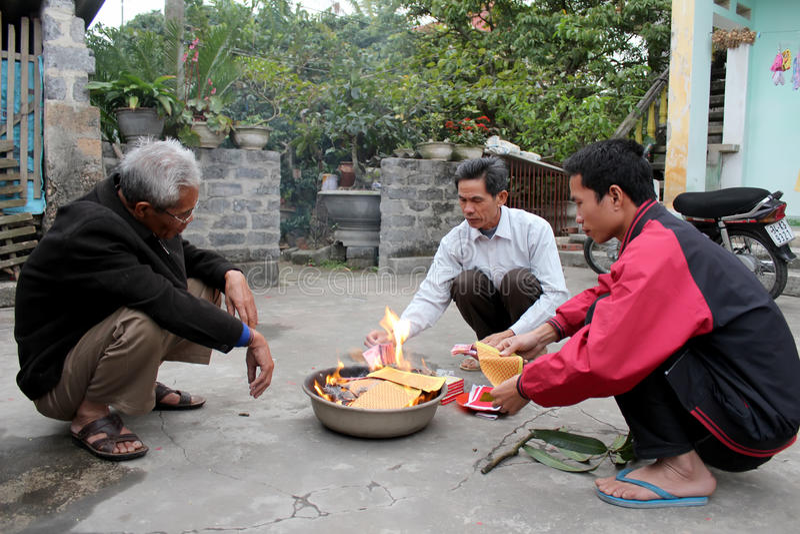 Un burning rural de famille de votif pour des ancêtres images libres de droits