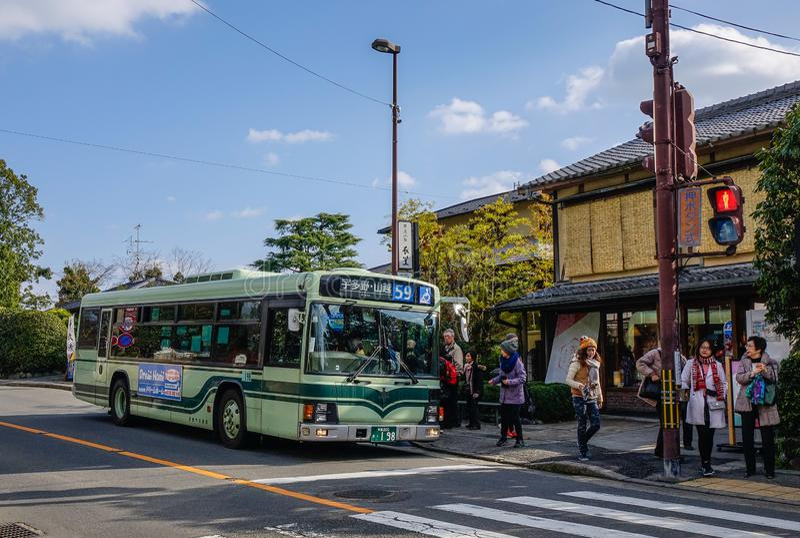 Un bus locale che si ferma alla stazione fotografie stock libere da diritti