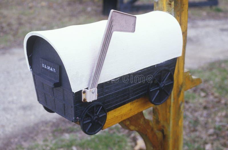 Un buzón del carro cubierto imagen de archivo