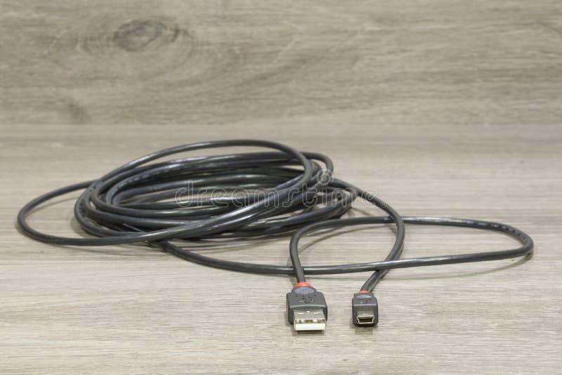 Un câble avec l'usb et les mini connecteurs d'usb photos libres de droits