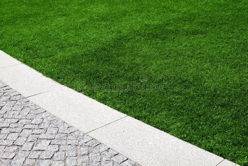 Un césped hermoso con la hierba verde fotos de archivo