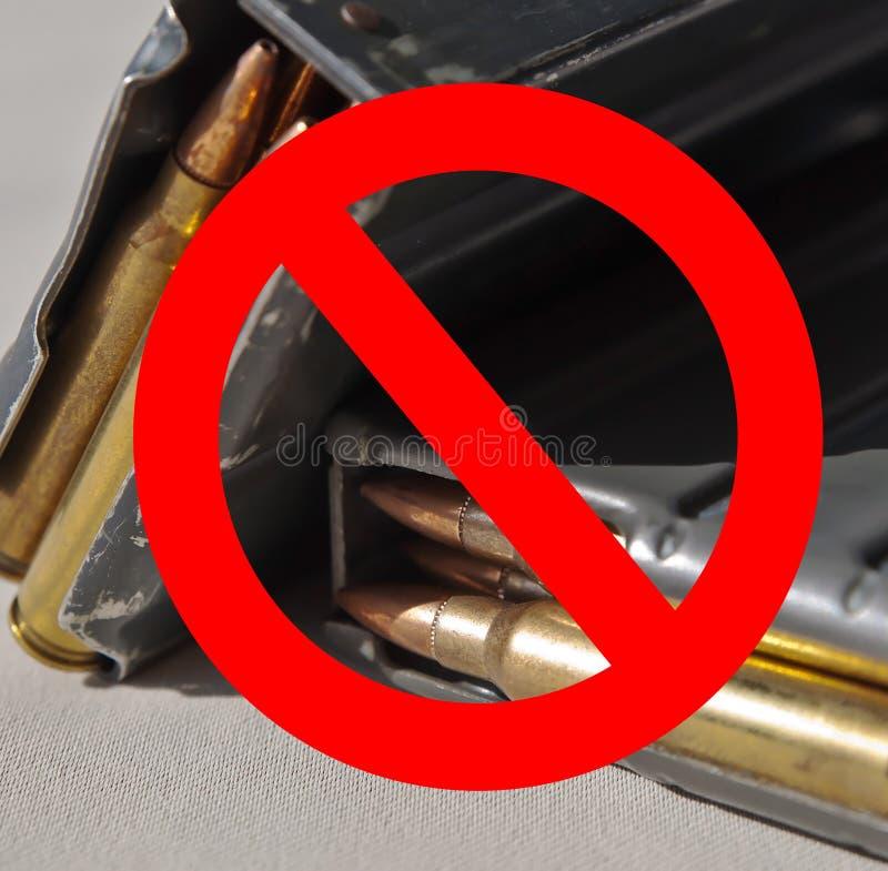 Un círculo rojo con una línea significado prohibió más de dos revistas cargadas del rifle fotos de archivo