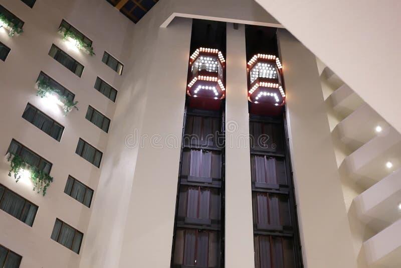 Un côté des personnes prenant l'ascenseur à l'intérieur du centre commercial photographie stock