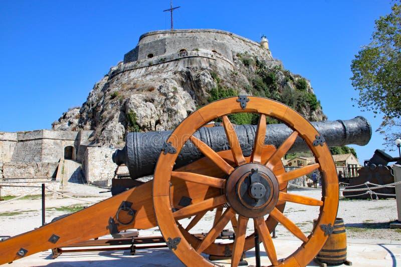Un cañón delante de la fortaleza vieja en la ciudad de Corfú, Corfú, Grecia imagenes de archivo