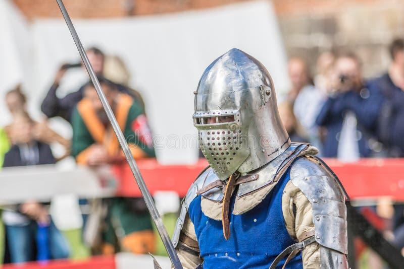 Un caballero medieval swordfighting imagenes de archivo