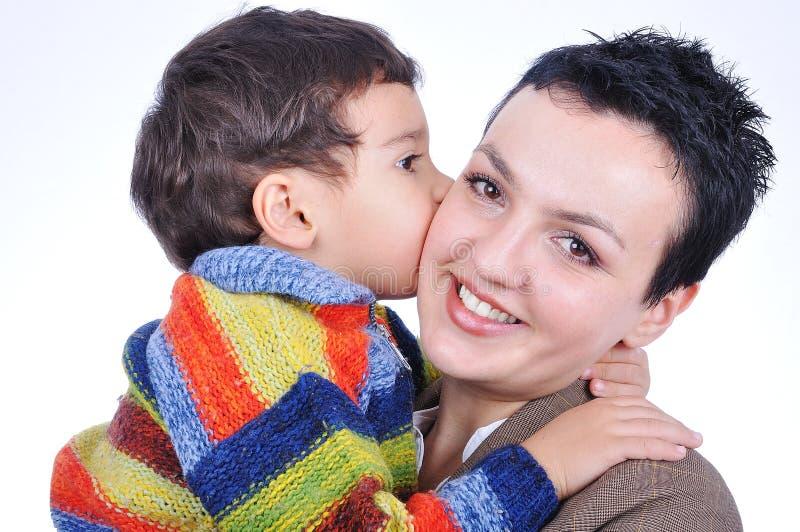 Un cabrito que besa a su madre imagen de archivo libre de regalías