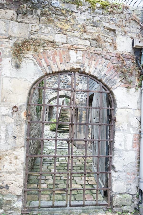 Un cachot semblant le vieux bâtiment avec des grils de fer photos libres de droits