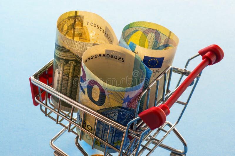 Un caddie avec d'euro pièces de monnaie image libre de droits