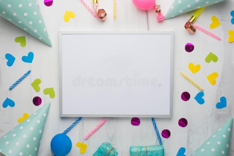Un cadre avec des cadeaux, des chapeaux pour des fêtes d'anniversaire, et des félicitations Avec un espace vide pour l'inscriptio photos libres de droits