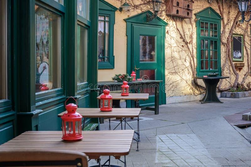 Un café confortable sur une des rues centrales de la ville impériale de station thermale de Baden près de Vienne après Noël l'aut images libres de droits