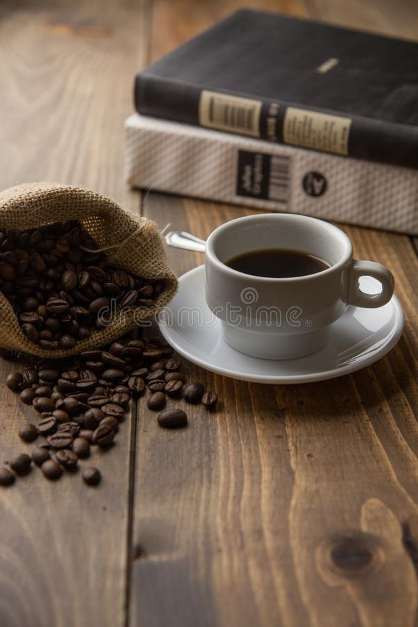 Un caffè caldo di mattina con i libri fotografie stock