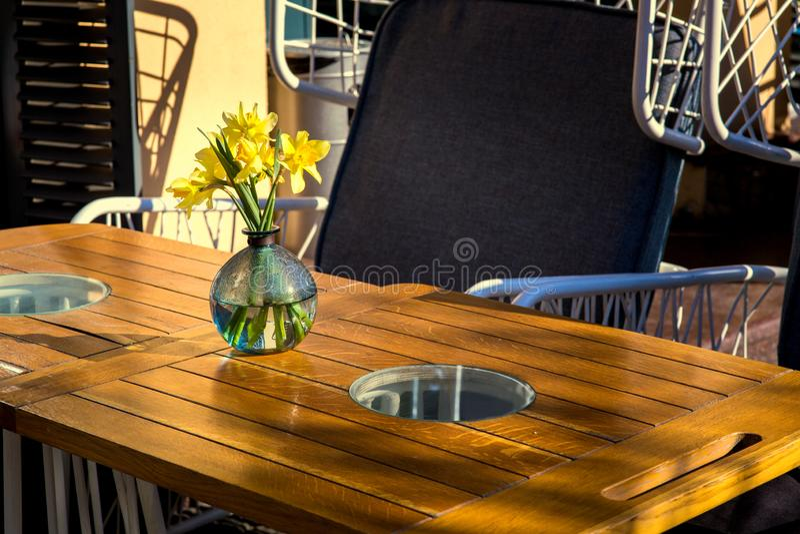 Un caffè vuoto della via con una tavola di legno fotografia stock