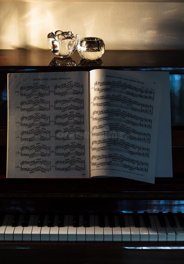 Un cahier de piano avec des accords mineurs sur un piano classique droit photographie stock libre de droits