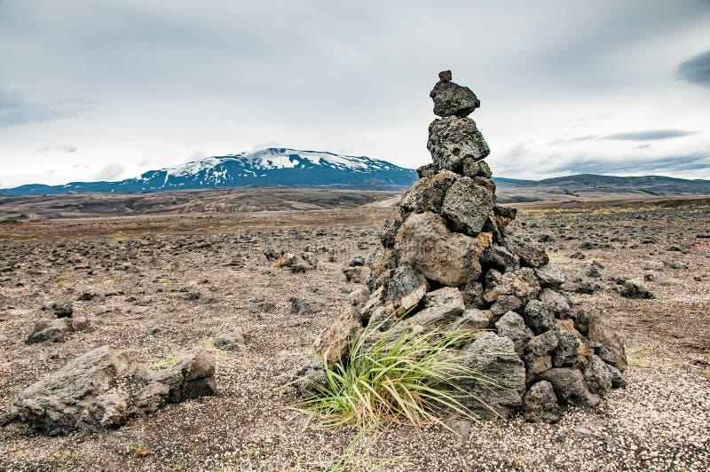 Un cairn solitaire devant le volcan de Hekla image stock